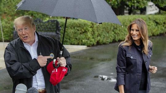 Critican a Donald Trump por dejar que Melania se mojara bajo la lluvia