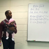 ¿Sabías que un profesor consoló a un bebé en clases?