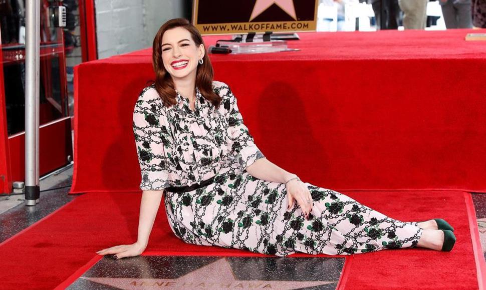 Anne Hathaway tiene estrella en el Paseo de la fama de Hollywood