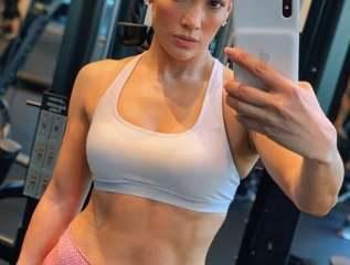 Jennifer Lopez publicó fotos de su tonificado abdomen