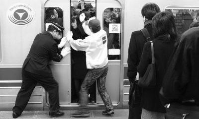 ¿Sabías que en Japón se contratan personas para empujar a otras en el metro?